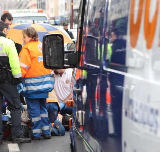 trabajadores del 061 de Galicia atendiendo un infarto en la calle.